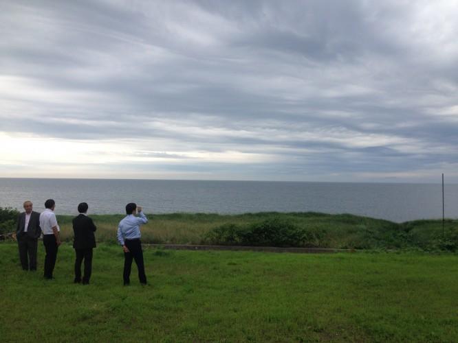 ▼砂原陣屋跡から200mほどで噴火湾を望めます。対岸にはうっすらと有珠山や室蘭などを見ることができました。